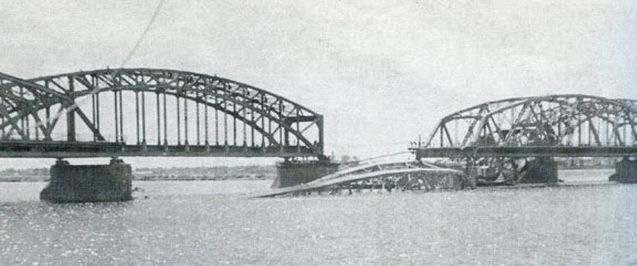 Разрушенный железнодорожный мост через Даугаву. Июль 1941 г.