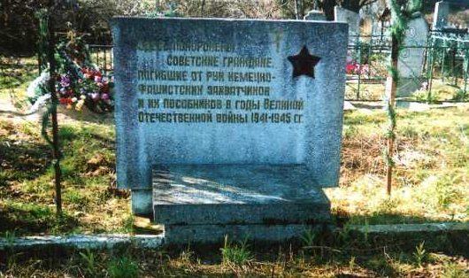 д. Огородники Лидского р-на. Памятник, установленный на братской могиле, в которой похоронено 14 советских неизвестных воинов.