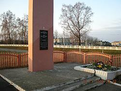 д. Бастуны Вороновского р-на. Обелиск на братской могиле, в которой похоронено 2 неизвестных воина, погибших в июне 1941 года.