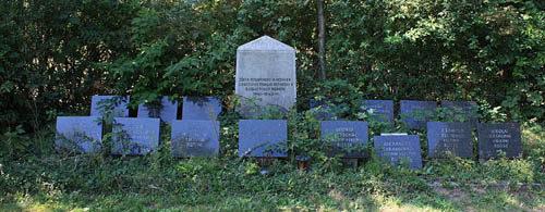 д. Греффен. Памятник, установленный на братской могиле, в которой захоронено 15 советских военнопленных и подневольных рабочих.