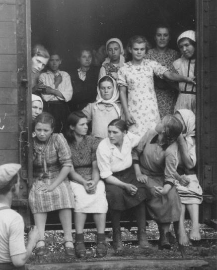 Прибытие «восточноевропейских рабочих» в Вену. 1943 г. А так было на самом деле.