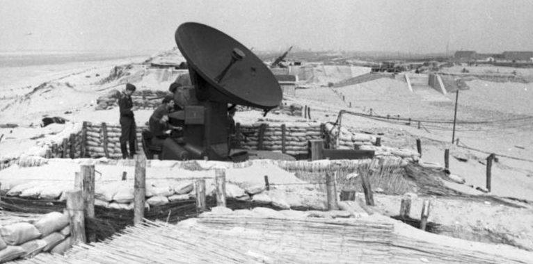 Радар и зенитная батарея на побережье. 1942 г.