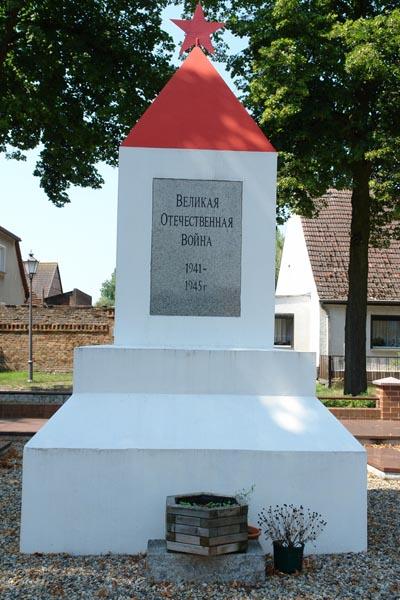 д. Грэбендорф. Памятник, установленный на братской могиле, в которой похоронено 78 советских воина.
