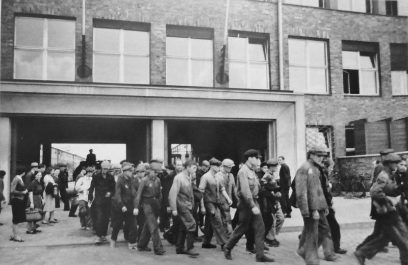 Колонна советских подневольных рабочих выходит после смены с территории моторостроительного завода «Аргус». 1943 г.