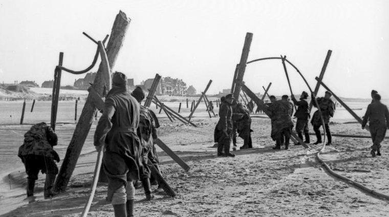 Немецкие солдаты, устанавливают препятствия против десантных кораблей. 1943 г.