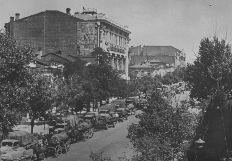Немецкий обоз втягивается в город. Июль 1942 г.
