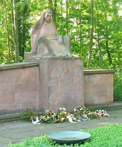 г. Варен. Памятник на немецком военном кладбище, где похоронены солдаты, погибшие во Вторую мировую войну.