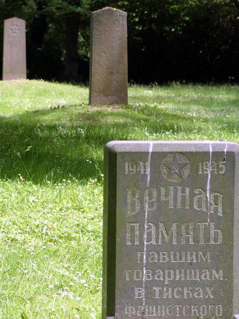 Один из мемориальных камней.