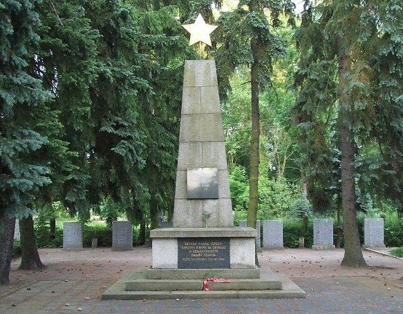 г. Гросс-Нойендорф, Меркиш-Одерланд район. Памятник на братской могиле советских воинов.