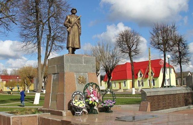 п. Вороново. Памятник, установленный на братской могиле, в которой похоронено 192 воина и партизана, погибших в годы войны. Здесь же захоронен Герой Советского Союза Канарчик А. И.