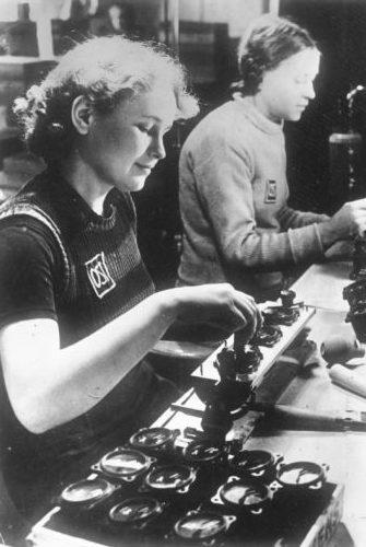 Украинские девушки на заводе «Сименс». 1943 г. Фотография немецкой пропаганды.