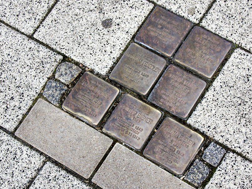 г. Магдебуг. Камни преткновения с фамилиями, датами рождения и смерти еврейских граждан, установленные перед домами, где они жили перед отправкой в концлагеря.