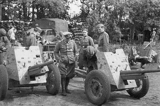 Захваченные немцами советские орудия. Июль 1941 г.