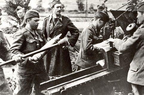 Восставшие на боевой позиции в Кошшнани под Турком. Август 1944 г.