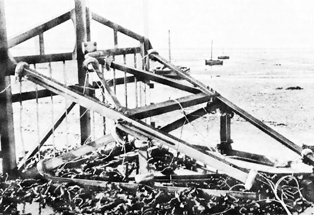 Противотанковое заграждение «Бельгийские ворота» на пляже. Нормандия. 1942 г.