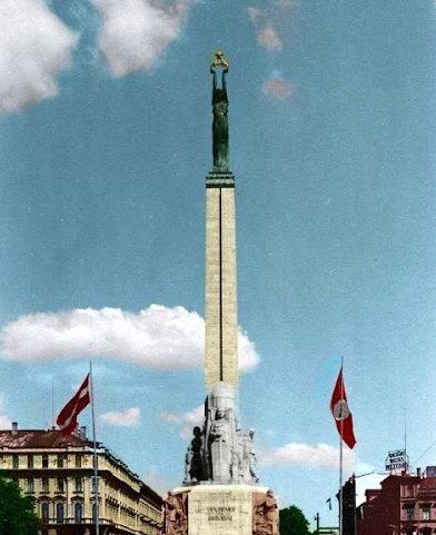 Немецкие флаги у монумента Свободы. Лето 1941 г.