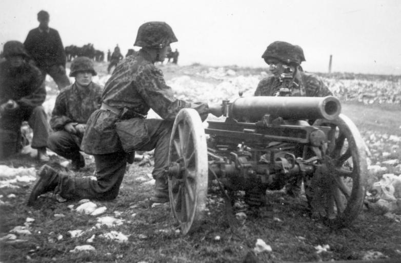 Артиллерийский расчет в горах.