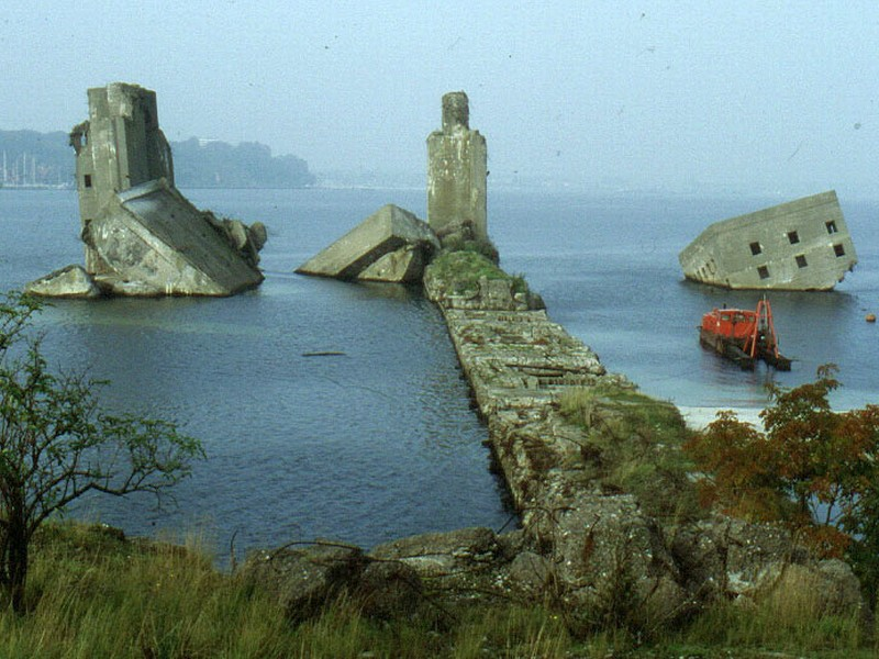 Вид с берега на остатки бункера в 2000 году.