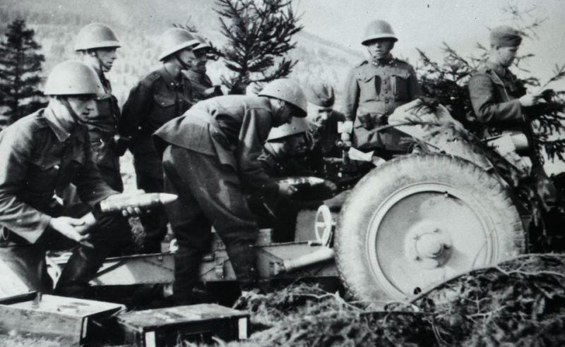 Расчет горного орудия. Банска Быстрице. Сентябрь 1944 г.