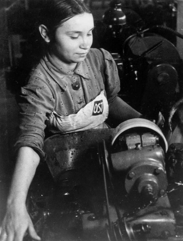 Остарбайтеры у станка. 1943 г.