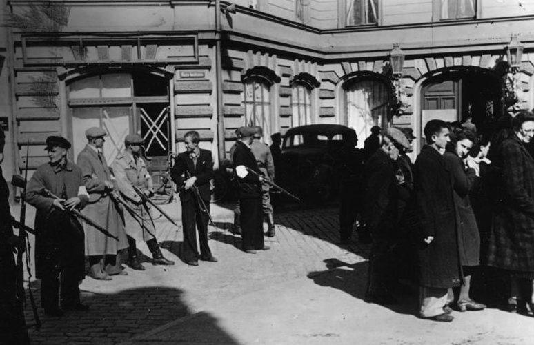 Латвийские «патриоты» задерживают евреев. Лето 1941 г.