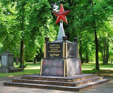 Коммуна Далльгоу-Дёбериц. Памятник, установленный на братской могиле, в которой похоронен 391 советский воин.