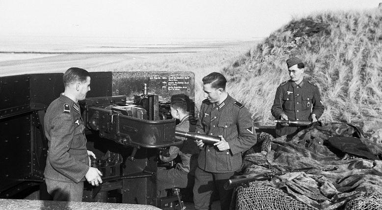 50 mm-es lövegek kiszámítása a parton.  Hollandia, 1942