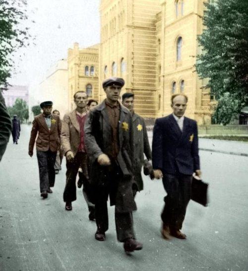 Евреи идут на работу. Август 1941 г.