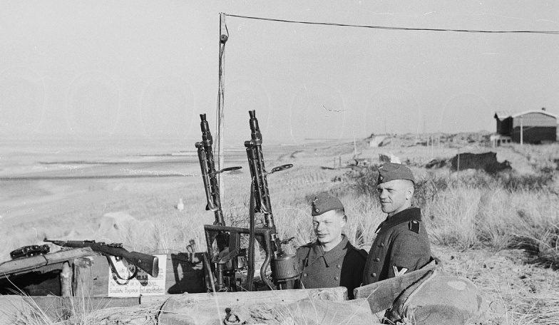 Katonák koaxiális MG-34 géppuskával őrzik a parti üteget.  Hollandia, 1942