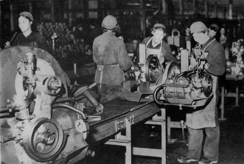 Советские подневольные работницы на сборке двигателей на заводе «Фольксваген». 1943 г.