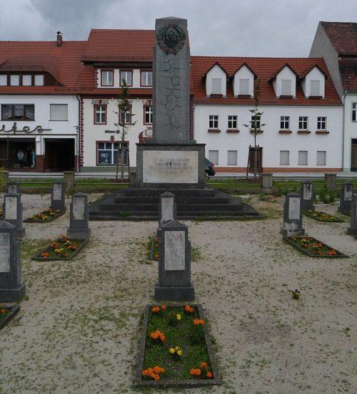 г. Доберлуг-Кирххайн. Памятник, установленный у братских могил, в которых похоронено 33 советских воина.