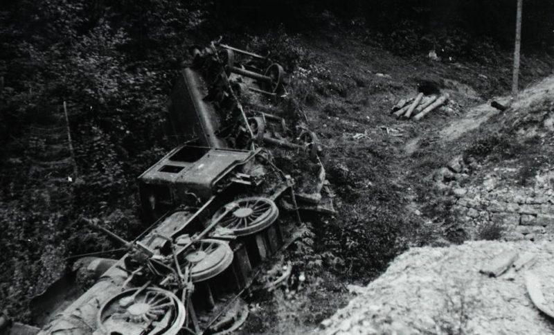Взорванный немецкий локомотив. Сентябрь 1944 г.