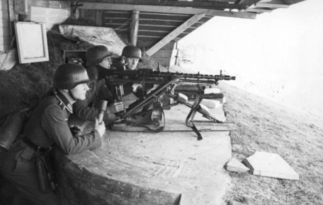 Gépfegyver helyzet a parton.  Hollandia, 1942