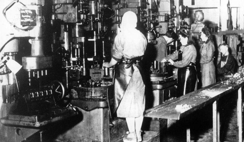 Советские подневольные работницы у прессов на заводе «Фольксваген», где работало около 5 тысяч невольников. 1943 г.