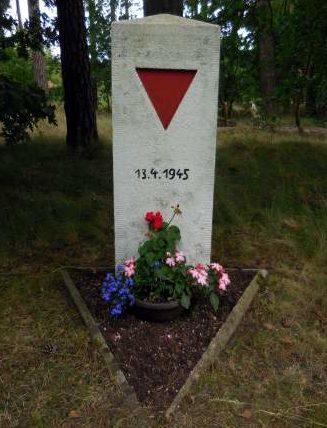Коммуна Мисте. Памятный знак «Маршу смерти», установлен на месте гибели одной тысячи узников 13 апреля 1945 г.