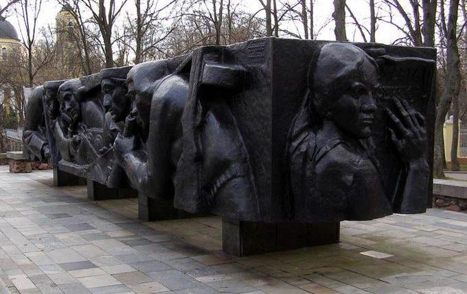 г. Гомель. Памятник ополченцам – защитникам города был сооружен в 1975 году и установлен в Комсомольском парке на правом берегу реки Сож.
