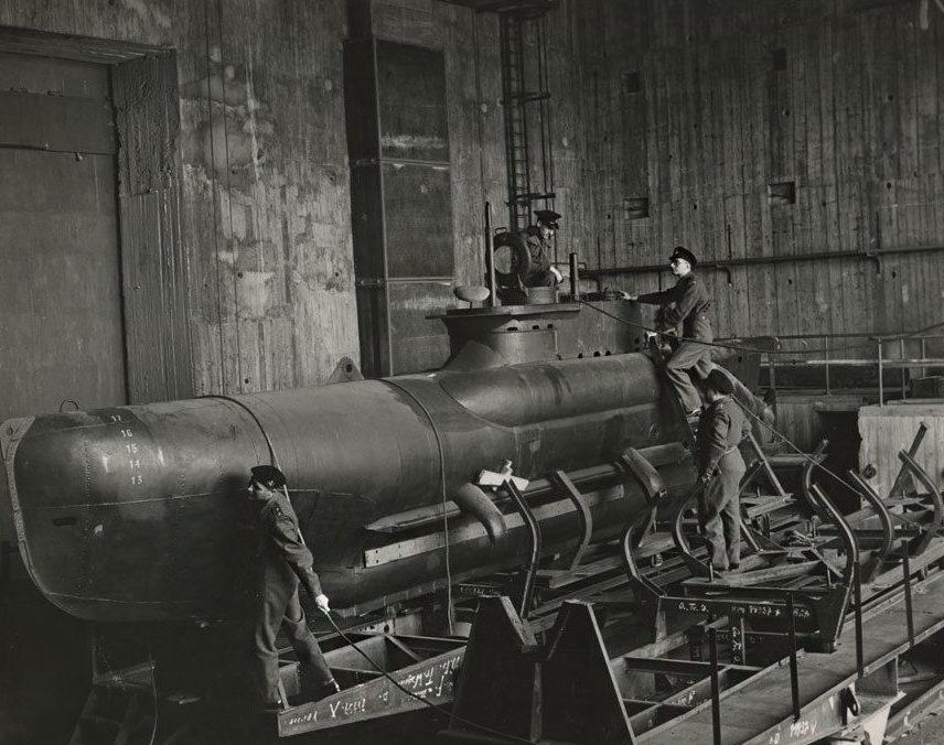Сборка мини-подлодок в бункере. 1945 г.
