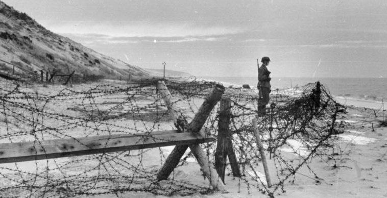 Немецкий караульный на побережье Бэй Бордо. 1943 г.