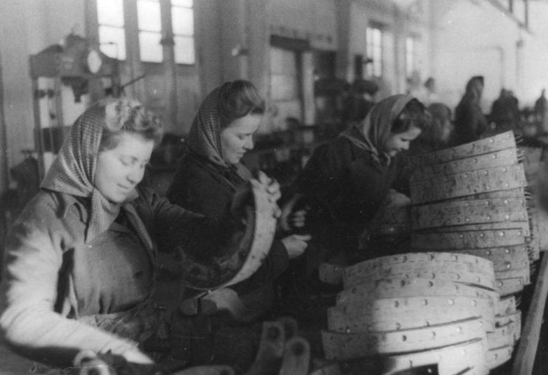 Советские женщины за работой в Германии. 1943 г.