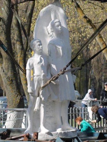 г. Гомель. Памятник в СШ №25, который символизирует подвиг молодежи в Великой Отечественной войне.