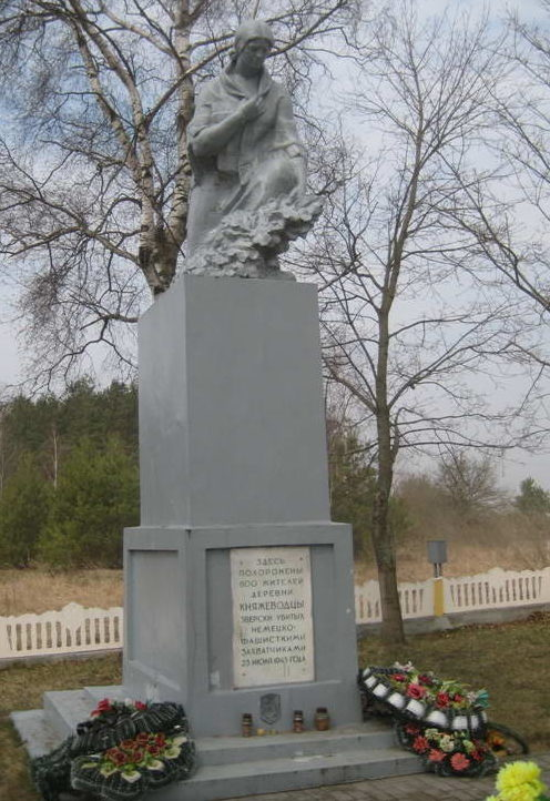 д. Княжеводцы Мостовского р-на. Памятник, установленный на братской могиле, в которой похоронено 600 жителей деревни, убитых немецко-фашистскими захватчиками 23 июля 1943 года.