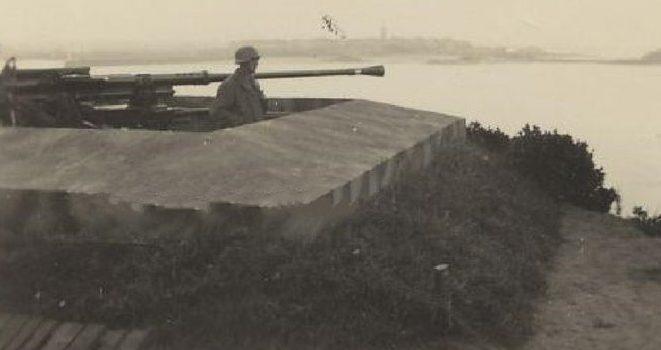 Зенитные орудия на позициях.