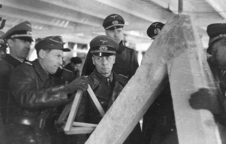 Rommel egy beton tetraéder felépítését vizsgálja.  1943 g.
