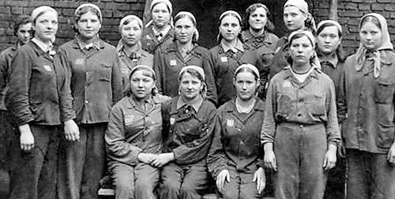 Группа украинских женщин, работающих в «Wobag Machinefabriek». Агуст 1943 г.