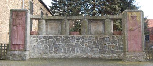 д. Остиндерлебен. Памятник землякам, погибшим в годы обеих мировых войн.