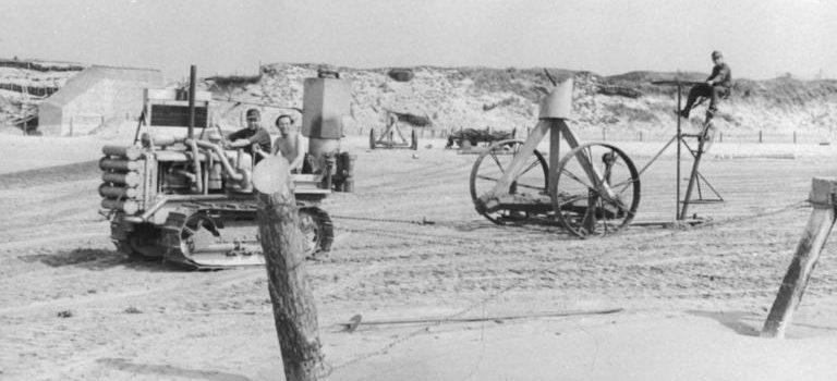 Установка тетраэдров на побережье. 1943 г.