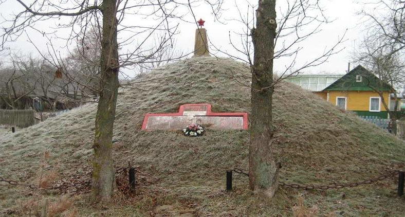 д. Косилы Мостовского р-на. Курган Памяти, насыпанный в 1971 году в честь памяти 74 земляков, которые погибли в годы войны.