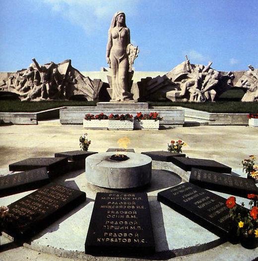 д. Вертелишки Гродненского р-на. Мемориал, установленный в 1983 году на братской могиле, в которой похоронено 190 советских воинов, в т.ч. 80 неизвестных.