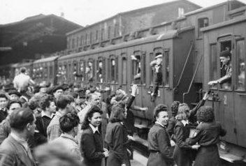 Французские «добровольцы» отправляются на работы в Германии. Париж 1943 г.