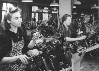 Подневольная француженка на немецком заводе. Берлин. 1943 г.